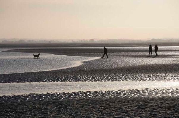 Spaziergänger bei Ebbe in der Bucht der Somme (c) Michael Kneffel