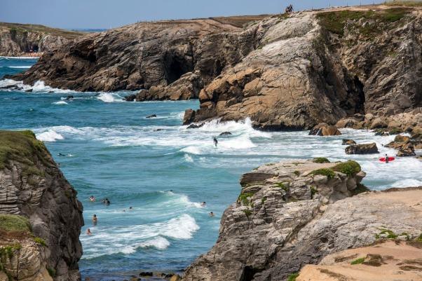 Badende und Surfer riskieren Kopf und Kragen © Michael Kneffel