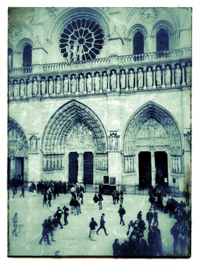 vor Notre Dame in Paris © Michael Kneffel Kneffel