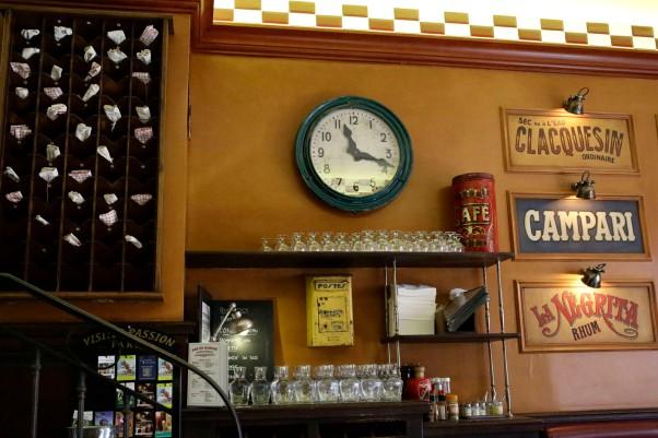 Wand mit Serviettenregal in der Bar du Marché © Michael Kneffel