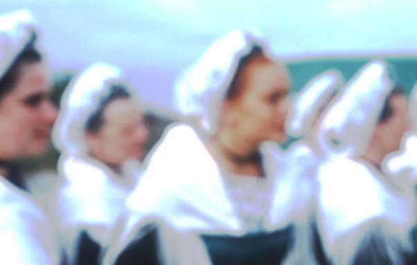 Frauen in bretonischer Tracht auf einem Fest in Beuzec-Cap-Sizun © Michael Kneffel