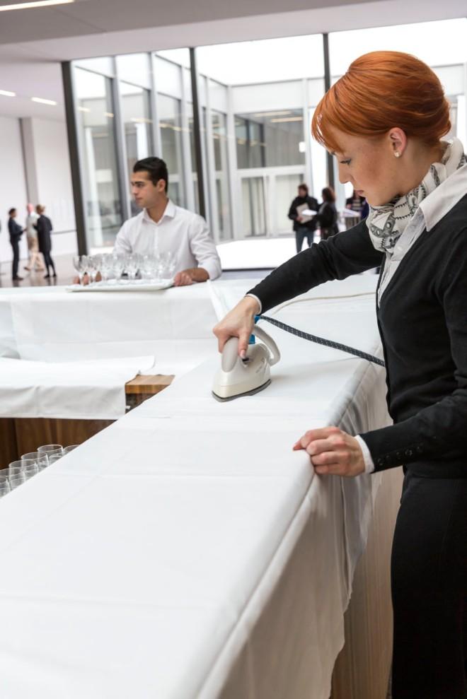 und natürlich werden auch die Tischtücher noch mal gebügelt © Michael Kneffel