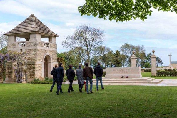 Besucher auf dem Weg zum kanadischen Soldatenfriedhof in Beny-sur-Mer © Michael Kneffel