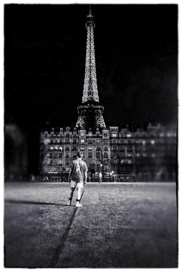 Fußballer vor dem Eiffelturm © Michael Kneffel