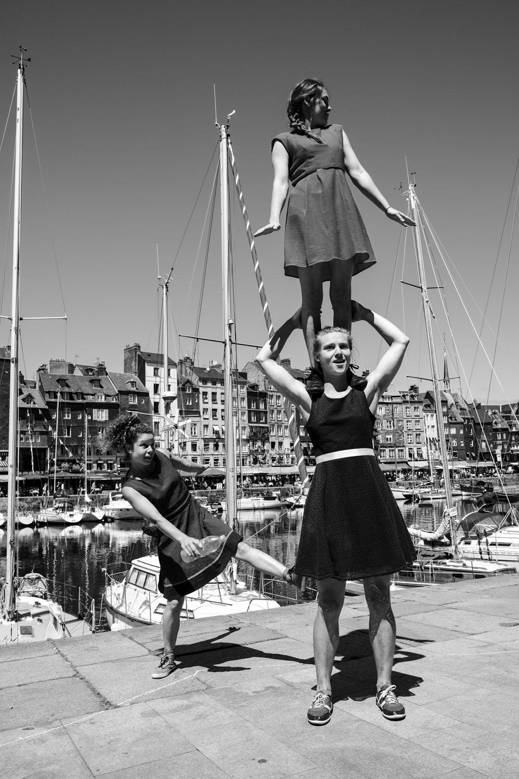 drei Akrobatinnen in Honfleur © Michael Kneffel